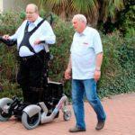 Silla de ruedas vertical permite que los paralíticos se pongan de pie