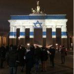 La bandera de Israel ilumina la puerta de Brandenburgo de Berlín