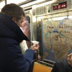 Los neoyorkinos se unen para borrar las pintadas antisemitas en el subterráneo