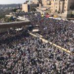 La casta sacerdotal bendice a miles de judíos en Jerusalén