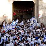Miles de personas marchan con banderas de Israel para celebrar el Día de Jerusalén
