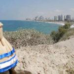 """La muñeca salvadoreña """"Tusita"""" causa sensación en redes al mostrar lugares emblemáticos de Israel"""