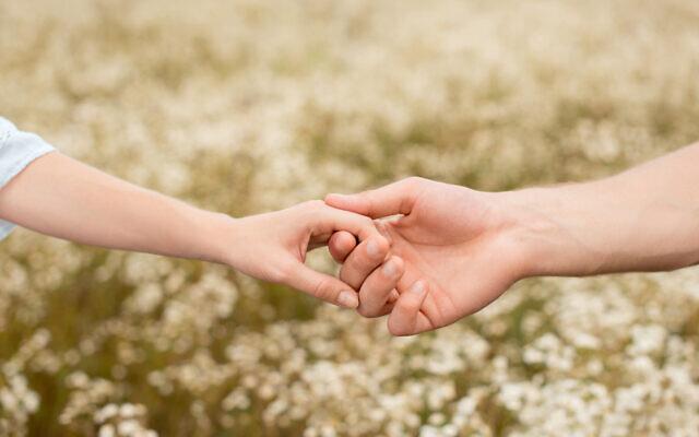 Un estudio muestra que tomarse de las manos puede ayudar a..