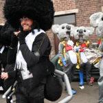 Duplicando las exhibiciones antisemitas, el desfile belga presenta trajes de judíos ortodoxos con cuerpos de insectos