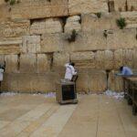 Piedras del Muro de las Lamentaciones desinfectadas y notas de pedidos removidas antes de la fiesta de Pascua