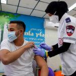 Casi 4,5 millones de personas completamente vacunadas, ya que la tasa de pruebas positivas cae por debajo del 2%
