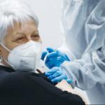 Los expertos en salud israelíes acuerdan dar una tercera dosis de vacuna del COVID a los ancianos