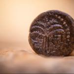 Del desierto de Judea al espacio: moneda antigua lista para volar con astronauta israelí