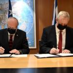 Gantz se reúne con ministro de Defensa de Chile y firma memorando de entendimiento